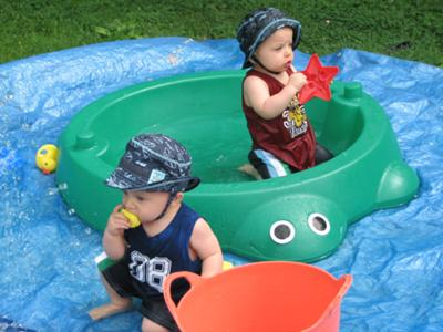 Dylan & Lex - water fun